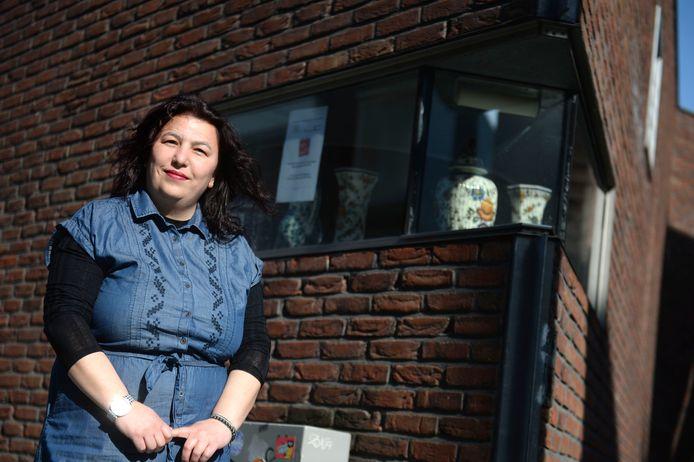 Emine Acar coördineert de bezorgdienst van Hengelo toen & nu.