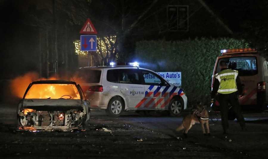 Een brandende sloopauto tijdens de rellen in Veen, de dag voor oud en nieuw vorig jaar.