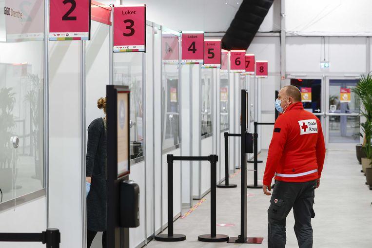 Een medewerker van het Rode Kruis in de grote test- en vaccinatielocatie op het TT Circuit.  Beeld ANP