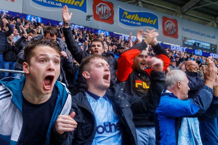 Fans van Manchester City zien hun club met 0-5 winnen in de uitwedstrijd tegen Cardiff City, september 2018. Beeld ©Martin Parr / Magnum Photos