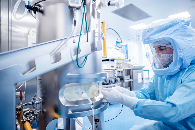 Een wetenschapper in het Duitse Maburg werkt aan de ontwikkeling van het mRNA-vaccin van BioNtech.  Beeld Biontech
