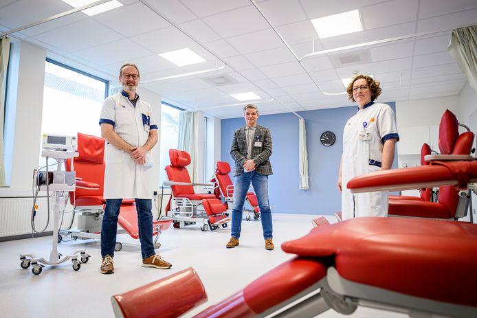 Cardioloog Ramon de Nooijer, unithoofd Vincent Spikker en longarts Milena Roorda-Van der Vegt in het nieuwe Hart Long Centrum van het ZGT Hengelo.