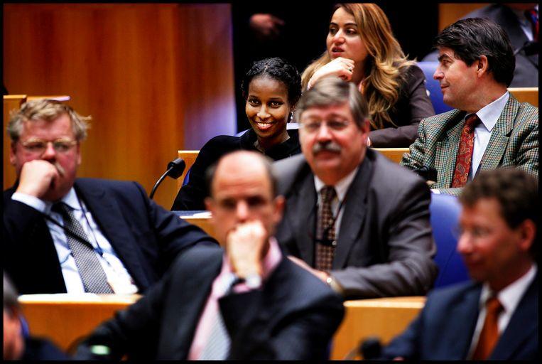 Ayaan Hirsi Ali in de Nederlandse Tweede Kamer in 2005. Ze werd in die tijd met de dood bedreigd. Beeld Hollandse Hoogte / Pim Ras