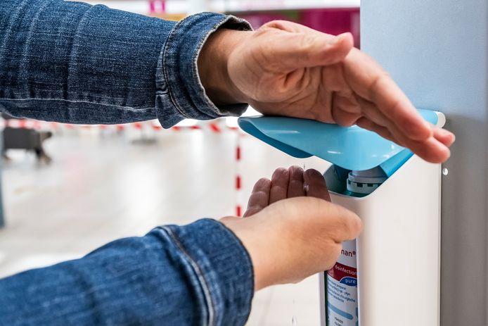 Handen desinfecteren om het ziekenhuis binnen te komen blijft de norm.