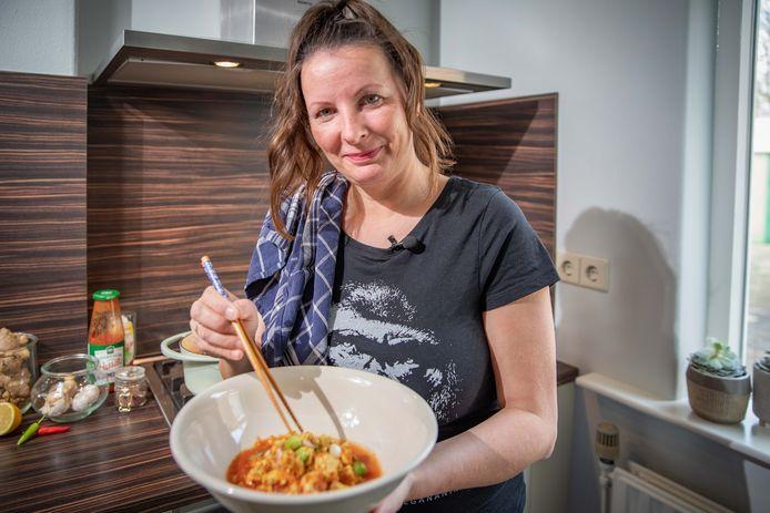 Laura Leeuwenburg-van den Boom met haar vondst: vegan foe yong hai.