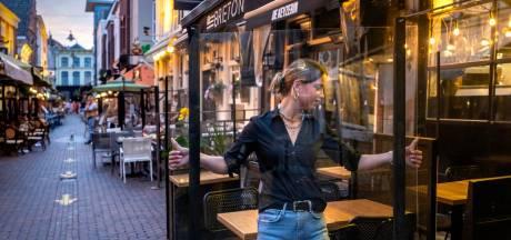 Restaurants in Korte Putstraat op de bon omdat terrassen niet op tijd leeg zijn: 'Ik ben woedend, agenten hadden niet eens mondkapje op'