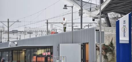 Verwarde man trekt aandacht op dak van Tilburgse Stationspassage: acht agenten in touw voor aanhouding