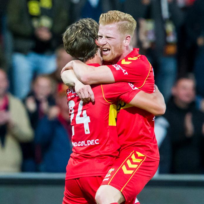 Richard van der Venne (r) is blij met zijn teamgenoot Orhan Džepar, maker van de 1-0 voor Go Ahead Eagles tegen FC Volendam.