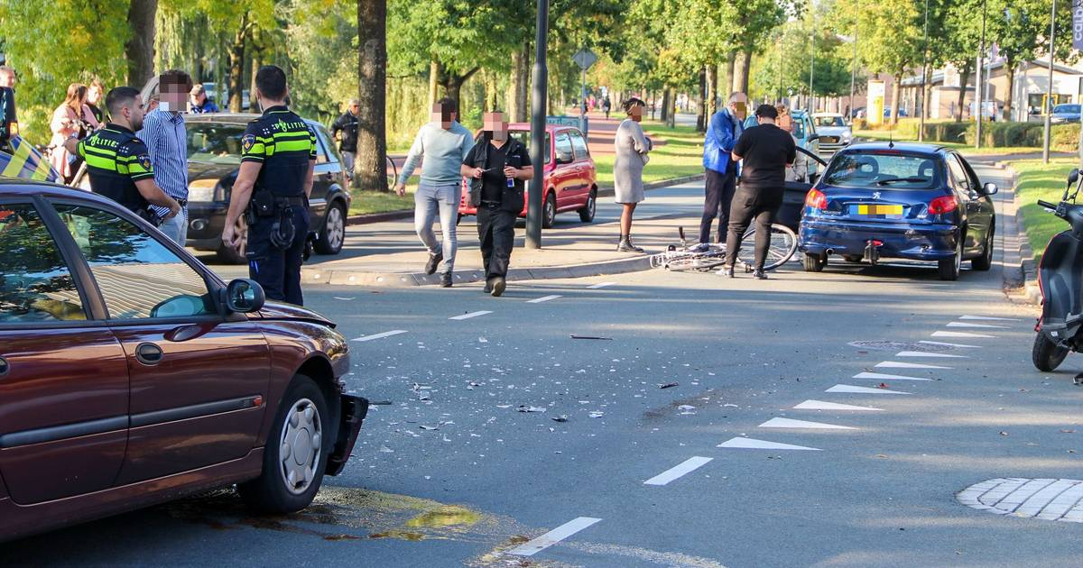 Dubbel ongeluk in Apeldoorn: een fiets en twee auto's in kreukels.