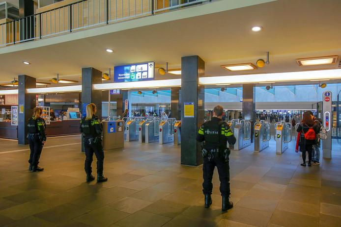 Extra politie-inzetten in Eindhoven op het centraal station na de schietpartij in Utrecht.