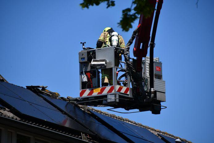 Om te voorkomen dat het vuur overslaat naar de buren, is aan weerszijden van de woning het dak opengezaagd.
