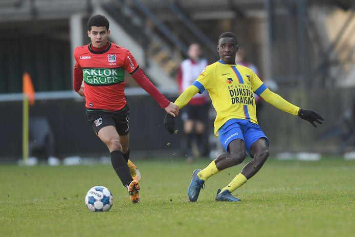 NEC-speler Elayis Tavsan snelt Alex Bangura van SC Cambuur voorbij.