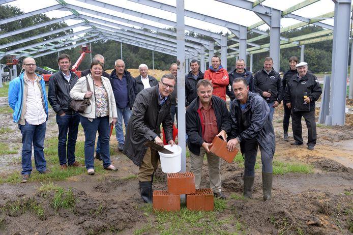Ward Kennis, Walter Van Baelen en voorzitter Jef Van de Poel leggen de eerste steen.