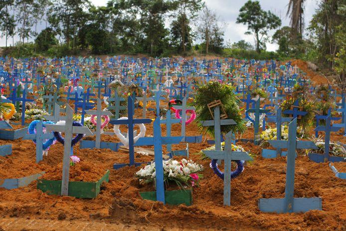 Een begraafplaats van coronaslachtoffers in het Amazonegebied in Brazilië.