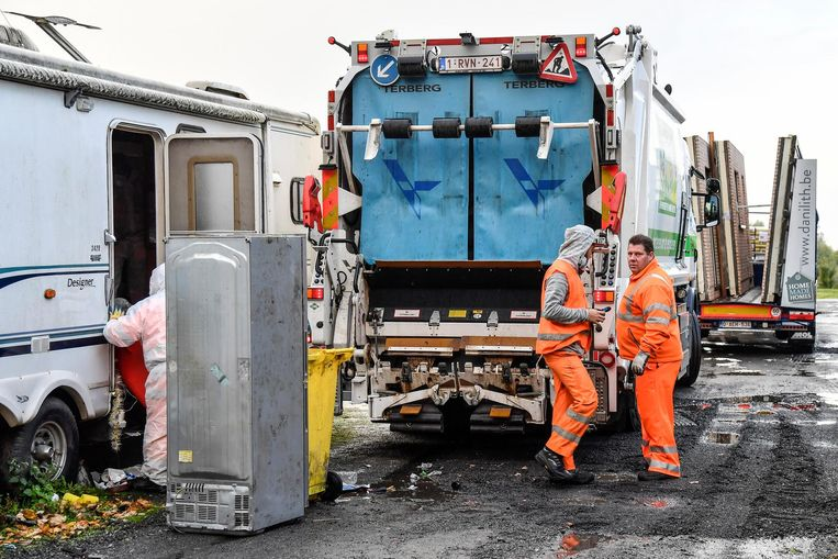 Afvalintercommunale Verko liet een compressiewagen aanrukken om het opgeruimde afval in te verzamelen.