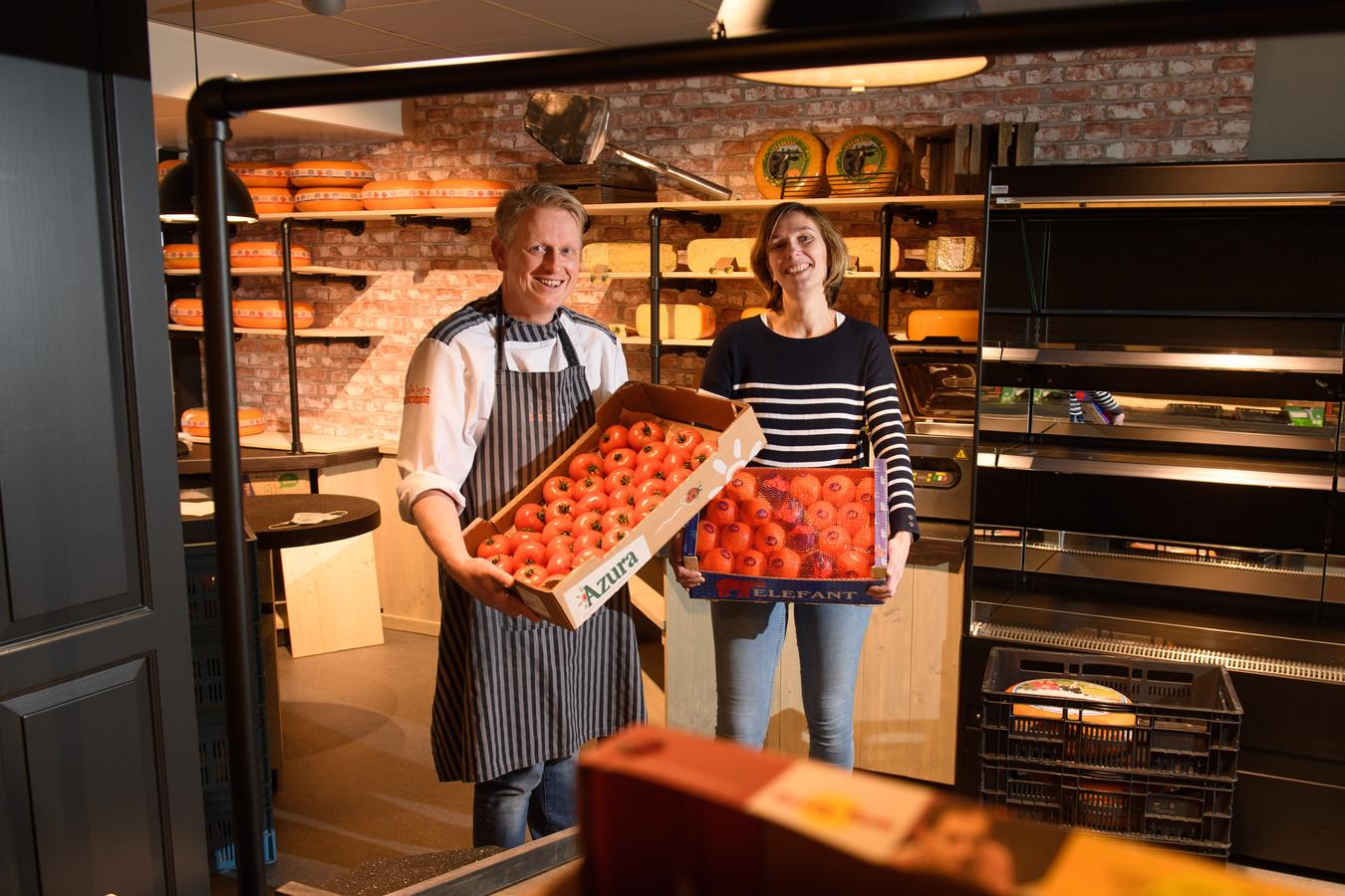 Richard en Kim Tukkers uit Enter beginnen naast hun cateringbedrijf een groente en fruitwinkel in hetzelfde pand aan de Dorpsstraat.
