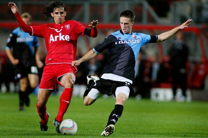 Bryan Ruiz in duel met FC Utrecht-spits Ricky van Wolfswinkel in het seizoen 2008/2009.
