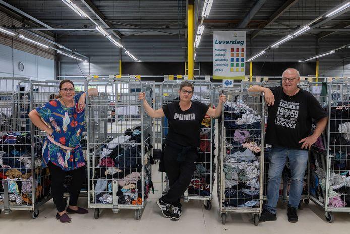 Lindy Ahrens, Miriam Hermans en Rik van den Berkmortel werken in de wasserij van Ergon Textiel Diensten. Ze lieten zich alle drie vaccineren tegen het coronavirus.