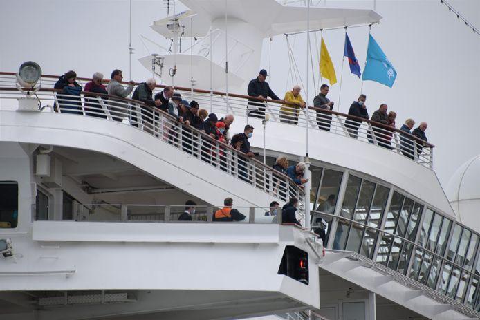 De eerste cruisetoeristen, 876 Duitse passagiers, zijn in de haven van Zeebrugge aangekomen. En daar hebben ze in Brugge lang op moeten wachten.