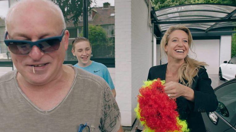 Cath Luyten met voetbalanalist René van der Gijp. Beeld © VRT Lies Willaert