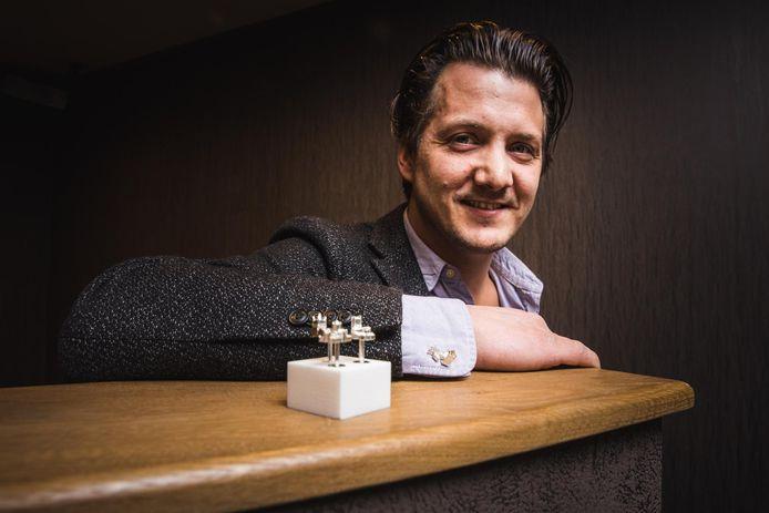 Julien De Maere werkte vier jaar aan zijn zilveren juwelen.