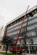 De nieuwe vergisteringstanks van 1000 liter per stuk worden de zesde verdieping van oude Philipsfabriek opgetakeld.