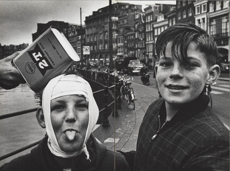 Twee jongens op het Rokin (ter hoogte van de Langebrugsteeg), Amsterdam, ca. 1950–1960. Beeld Ed van der Elsken