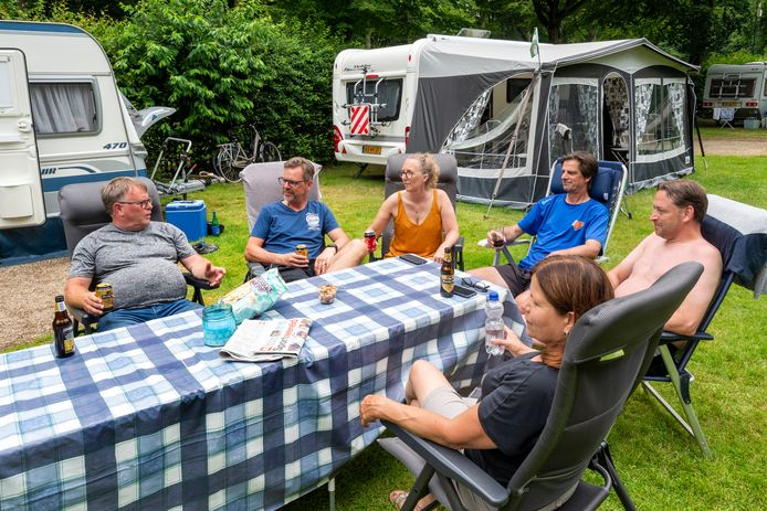 Campinggezelligheid op camping Warnsborn in Arnhem.