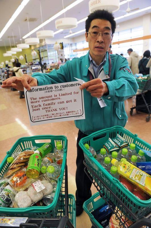 Een supermarktbediende vraagt de klanten gelimiteerde aankopen te doen, maar de schappen zouden inmiddels leeg zijn.