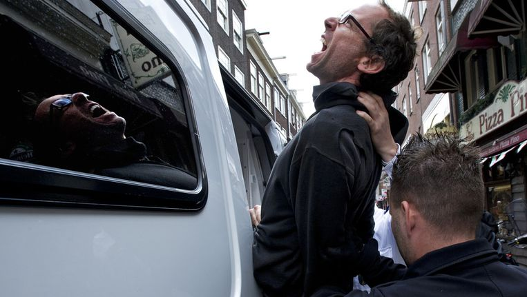 Een kraker wordt gearresteerd door de ME bij ontruimingen van kraakpanden in de Lange Leidsedwarsstraat in Amsterdam. Beeld ANP