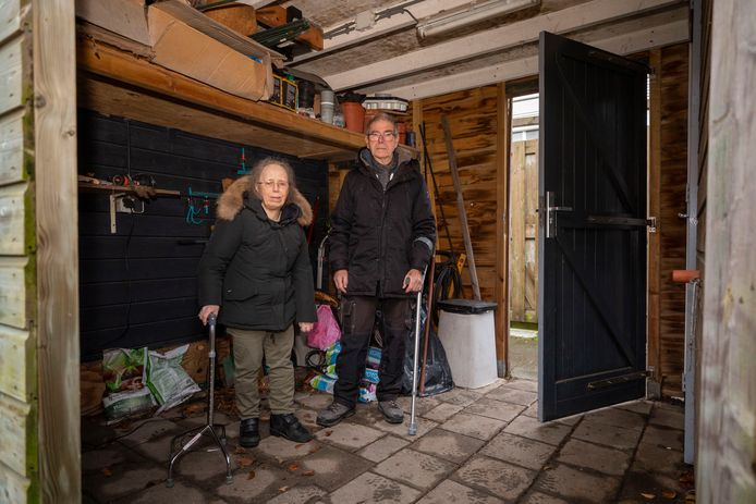 """De scootmobielen van Paula (69) en Kees (73) uit Vlaardingen zijn gestolen uit de tuin. ,,Die scootmobiel is alles voor me."""""""