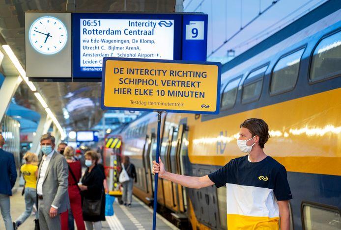 De eerste tienminutentrein vanuit Arnhem richting Schiphol en Rotterdam vertrekt op deze woensdag over enkele minuten.