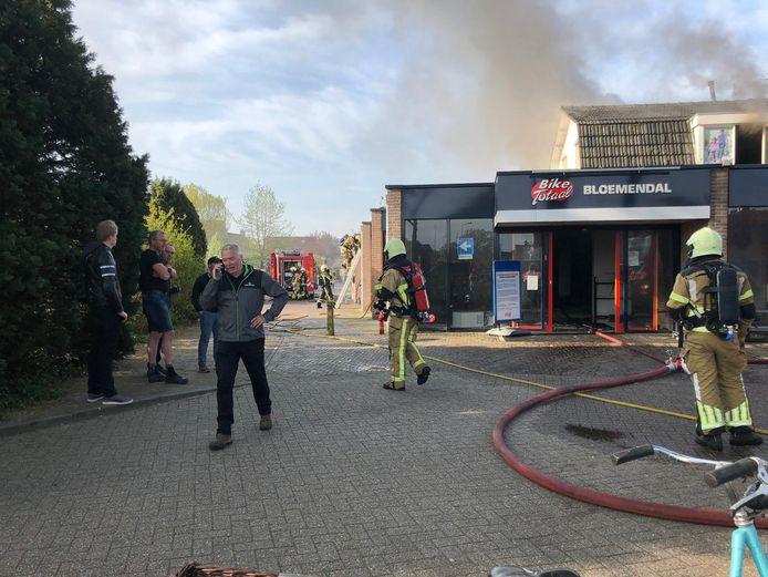 Eigenaar Peter Bloemendal is druk aan het bellen terwijl zijn pand in brand staat.