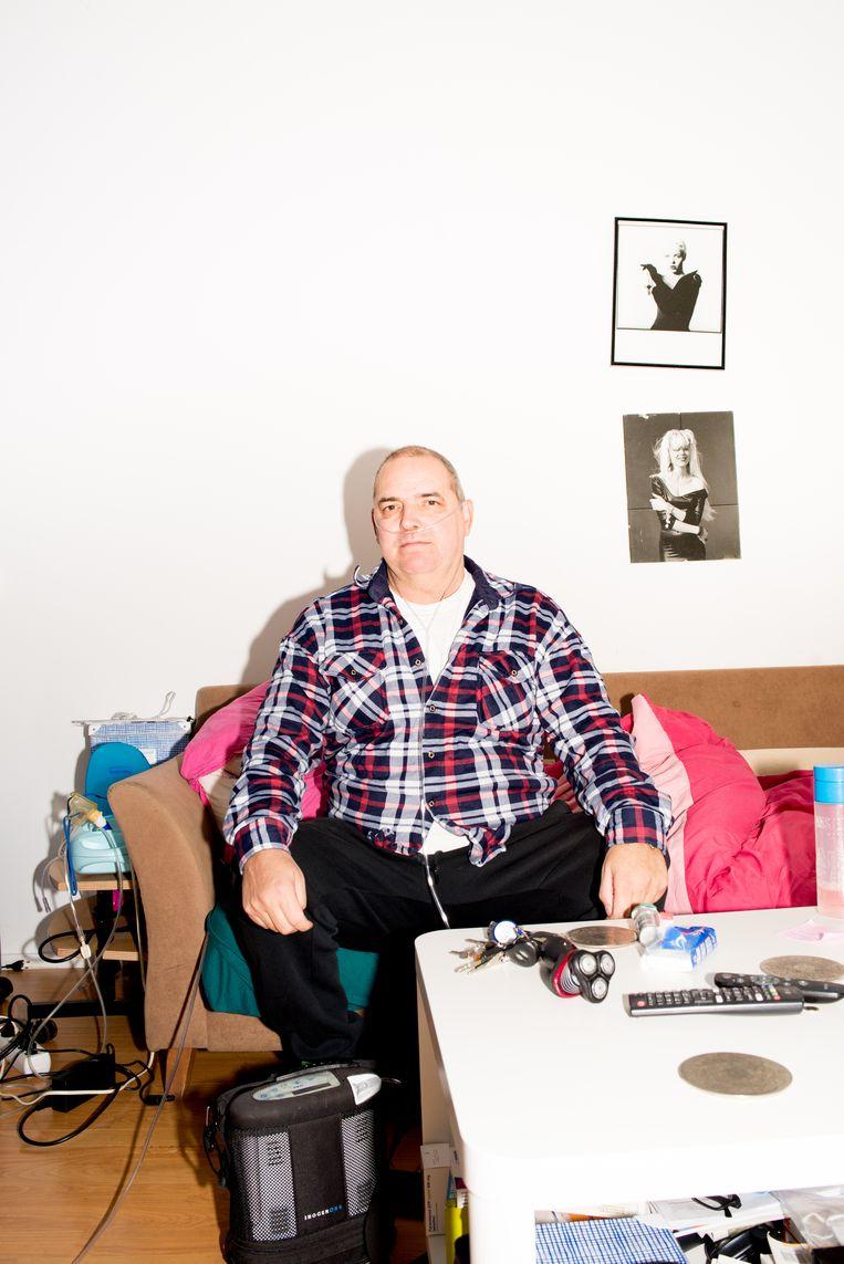 Willem Coninck Liefsting in zijn woonkamer. Beeld Marjolein van Damme
