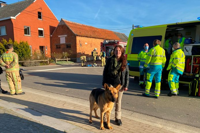 Tina Temmerman (32) aarzelde niet, gaf haar hond aan een omstaander, liep het brandend gebouw binnen en haalde de bewoner naar buiten.