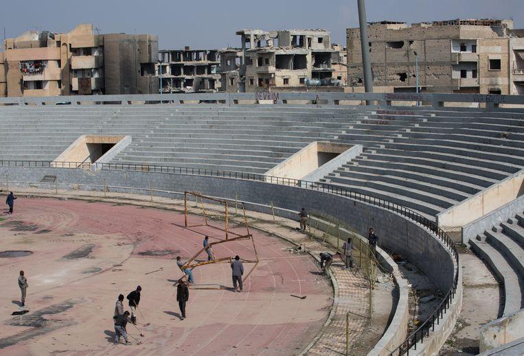 Een stadium in Raqqa, verwoest tijdens bevrijding van het gebied van IS, wordt langzaam weer opgeknapt. Beeld NurPhoto via Getty Images