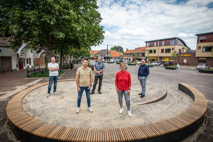 Leden van de Taskforce Eibergen op het podium op de Brink