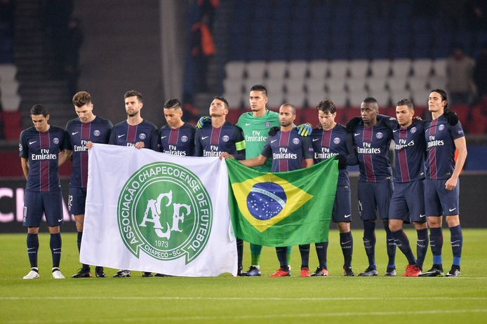 Onder meer de spelers van PSG betuigen hun eer met minuut stilte.