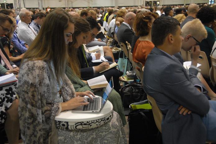 Anouk Hendricks aan het werk met haar laptop.