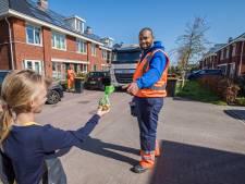Haagse vuilnismannen worden nu als helden onthaald: 'We krijgen van iedereen paaseieren'