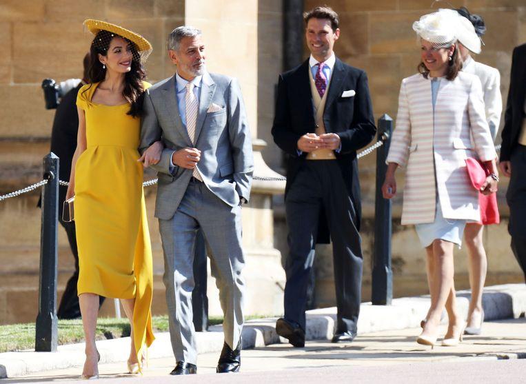 Amal Clooney (links) in kanariegele jurk van Stella McCartney. Beeld REUTERS