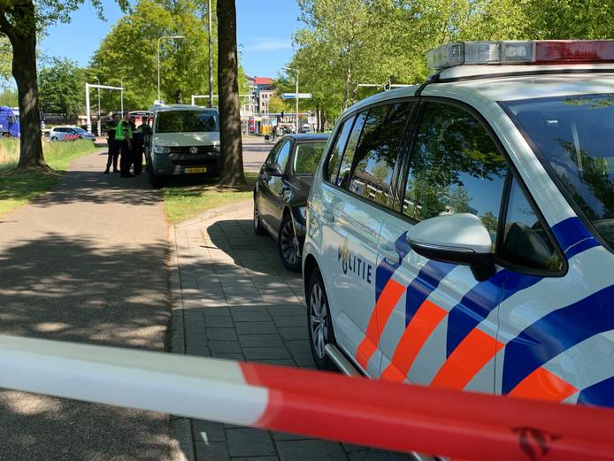Politie vlakbij de plaats waar een lijk werd gevonden.