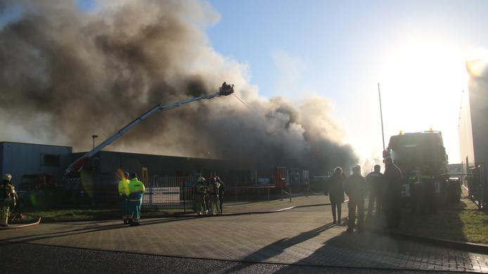 Bij de brand in Zeewolde komt enorm veel rook vrij.