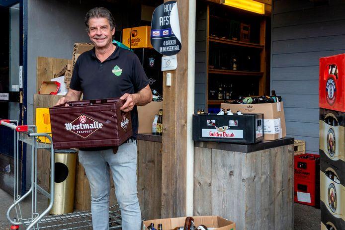 Rick Vermeulen is razend druk met het verwerken van al het leeggoed dat zijn Nederlandse klanten weer mogen brengen naar De Bierschuur, net over de grens in Poppel.