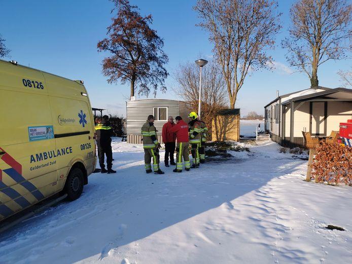 Een man is met onderkoelingsverschijnselen naar het ziekenhuis gebracht na een val op het ijs in Culemborg.
