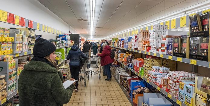 Winkelen bij de ALDI in Kranenburg.