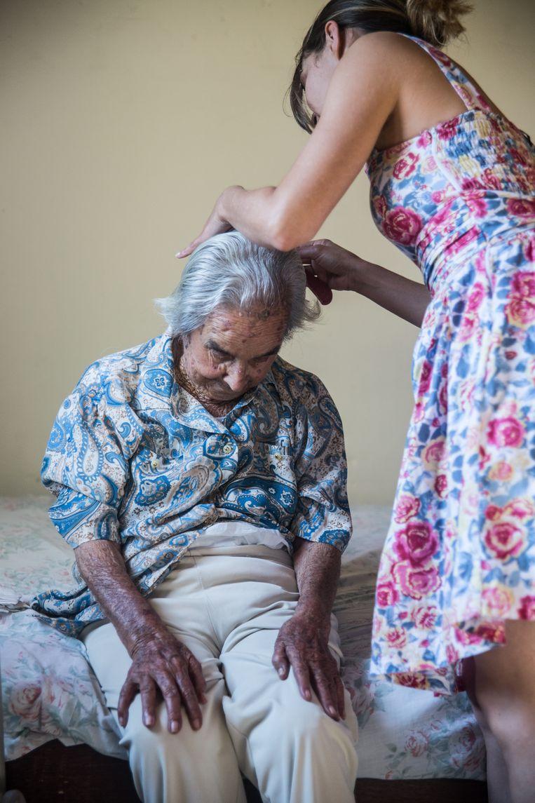 De vrouwen brengen om toerbeurt een bezoek aan een hulpbehoevende.  Beeld Marlena Waldthausen
