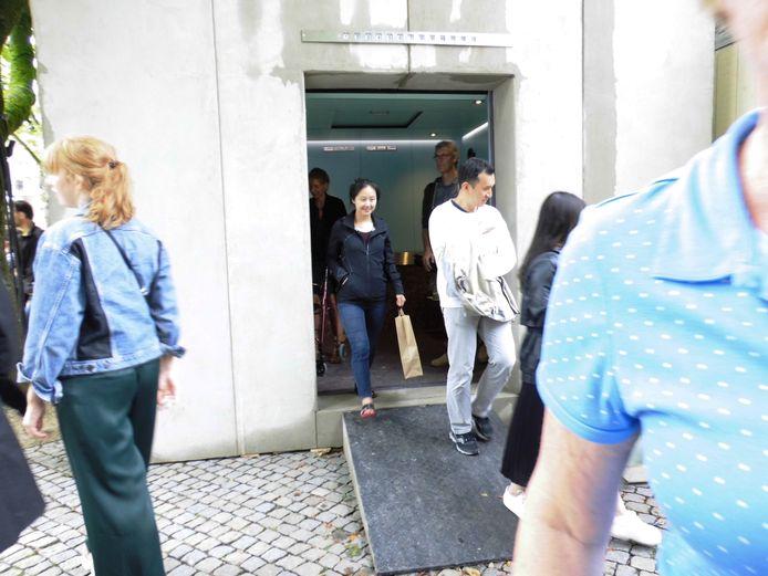 De bezoekers mogen gelukkig nog uit de lift.
