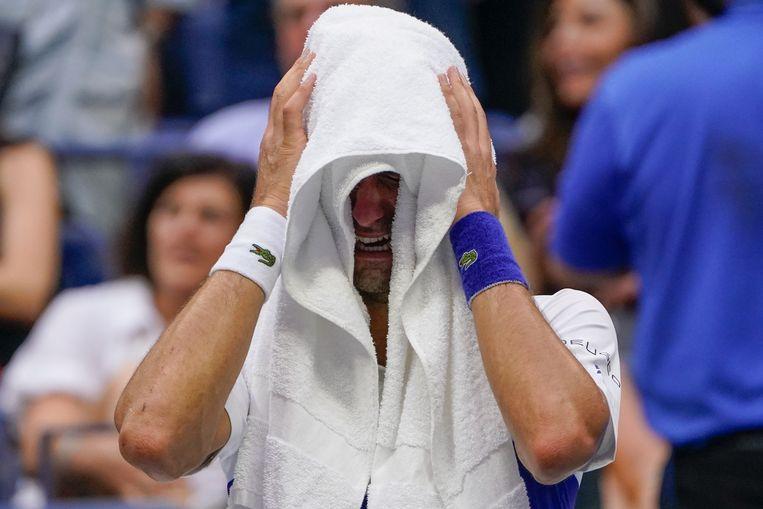 Voor aanvang van het laatste game werd Djokovic overmand door emoties, hij barstte in tranen uit. Beeld AP