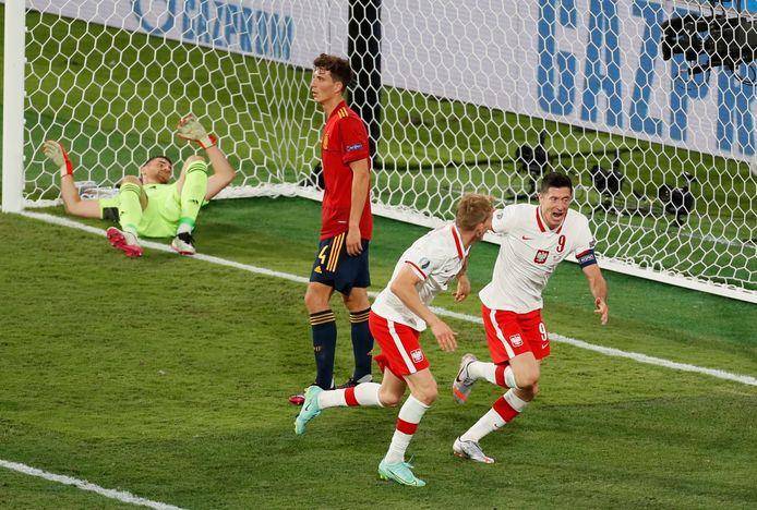 Robert Lewandowski scoort namens Polen en brengt Spanje verder in de problemen.